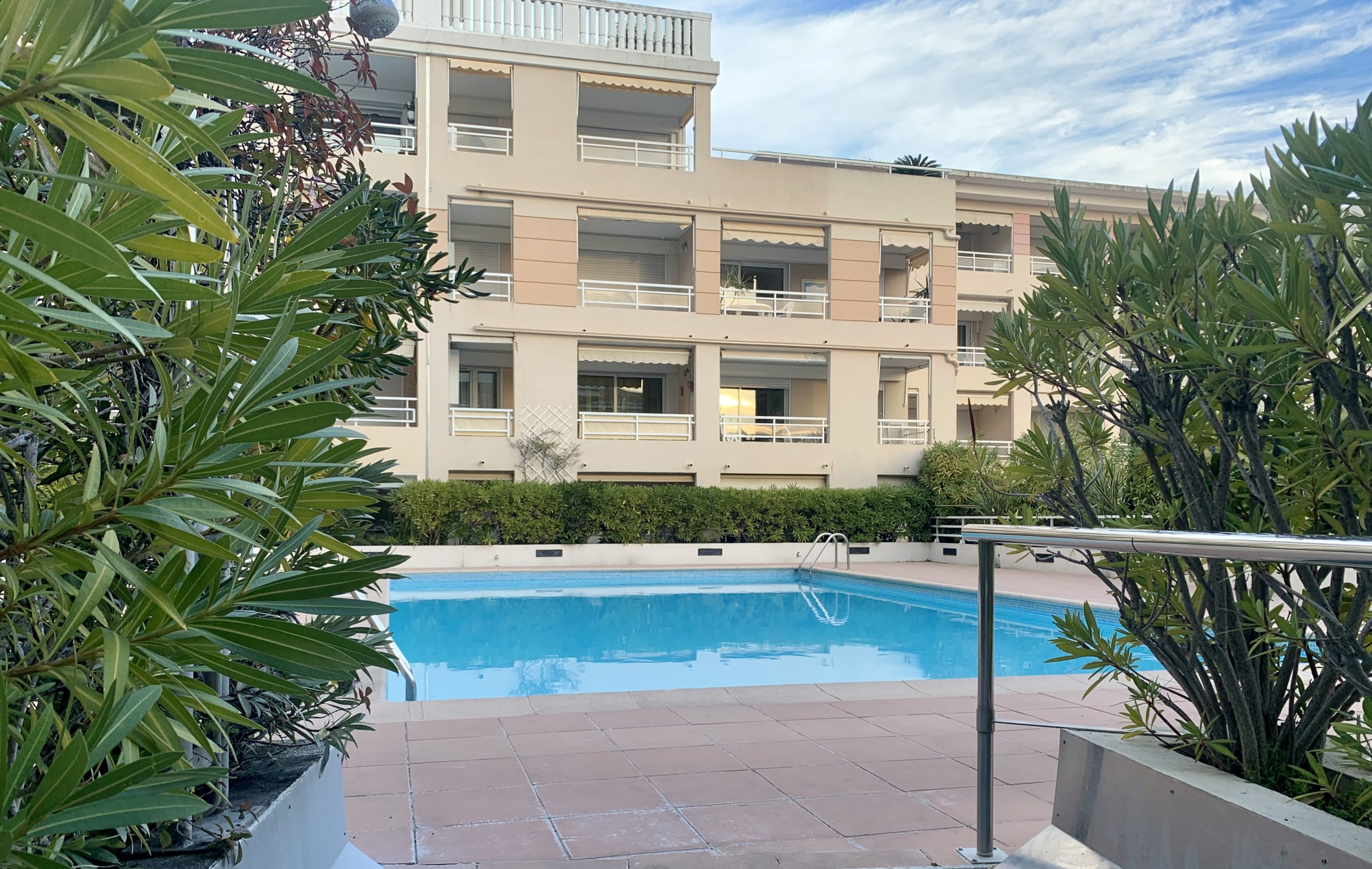 private-swimming-pool-amourazur-residence